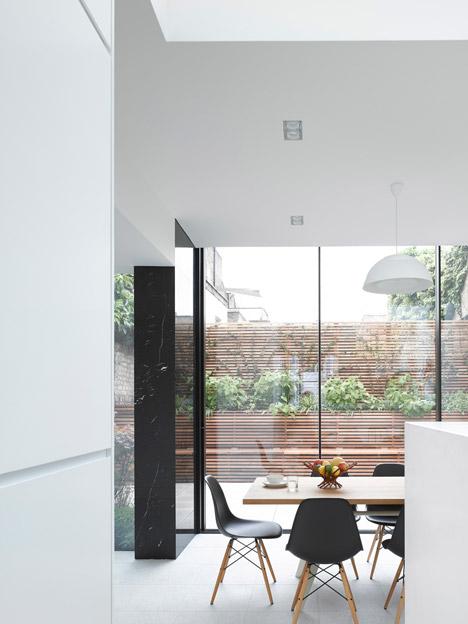 parete rivestita in marmo nero veranda piano terra sala da pranzo